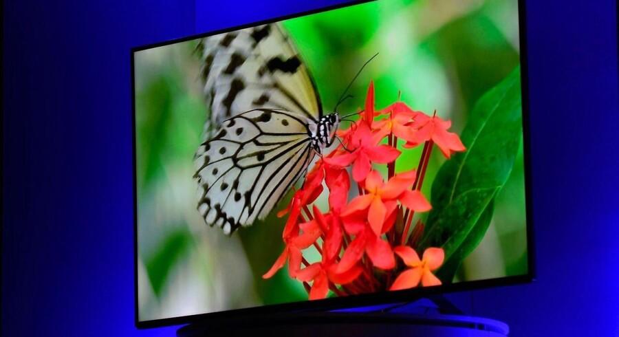 TV med en billedopløsning i ultra-HD - eller fire gange dagens fuld HD - giver skarpere billeder. Oveni kommer de nye og langt bedre skærme, OLED, som tilsammen vil løfte oplevelsen ved at sidde foran stuealteret. Her er det Panasonics nye ultra-HD-TV, som dog ikke har OLED-skærm. Foto: David Becker, Getty Images/AFP/Scanpix