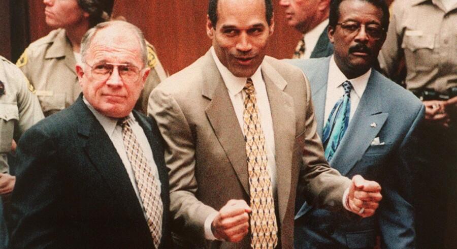 Sportsstjernen og berømtheden O.J Simpson jubler, da hans hold af skruppelløse topadvokater har fået ham frikendt for mordet på ekshustruen, Nicole, og hendes kæreste, Ron Goldman, ved at forvandle mordsagen til en sag om racisme fra politiets side. Foto: Scanpix