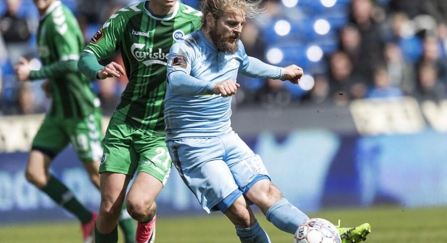 Randers FCs Kasper Fisker i kamp med OBs Mathias Greve.