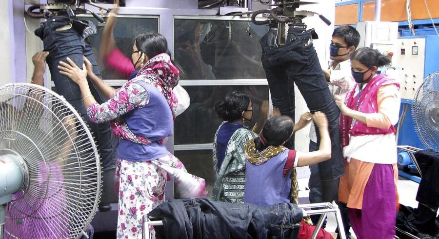 En meget stor del af H&M-koncernens tøj kommer fra cirka 250 leverandører i Bangladesh. Berlingske Business var i 2012 på besøg hos fire af fabrikkerne og en syskole alle beliggende blot et par timers kørsel eller mindre fra hovedstaden Dhaka.