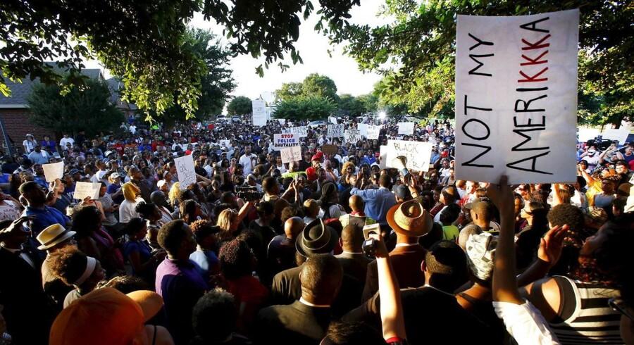 Demonstranter i hundretal protesterede mod, hvad de kalder politibrutalitet i McKinney i Texas.