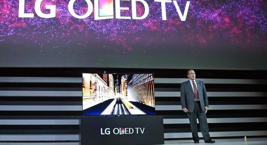 OLED-TV, som navnlig sydkoreanske LG Electronics satser på, er de dyreste men også de bedste skærme. Her viser produktchef Tim Alessi fra LG det nyeste OLED-TV med ultra-HD-opløsning frem på verdens største forbrugerelektronikmesse i Las Vegas i sidste uge. Foto: Robyn Beck, AFP/Scanpix