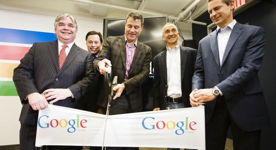 Googles koncernfinansdirektør Patrick Pichette (nummer to fra højre) forlader internetgiganten for at rejse. Her ses han i november 2012 ved indvielsen af Googles nye kontor i Toronto i hjemlandet Canada sammen med canadiske politikere og direktør for Google Canada, Chris O'Neill (i midten med kæmpesaksen). arkivfoto: Mark Blinck, Reuters/Scanpix