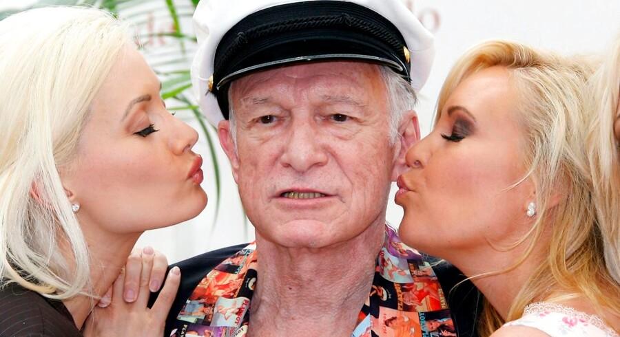 Manden bag mandebladet Playboy, Hugh Hefner, er død. Det bekræfter Playboy i et tweet torsdag morgen dansk tid. Hefner blev 91 år gammel. Her er han fotograferet i juni 2007. Hugh Hefner har selv udtalt, at han har været i seng med over 1000 kvinder i sit liv som playboy.