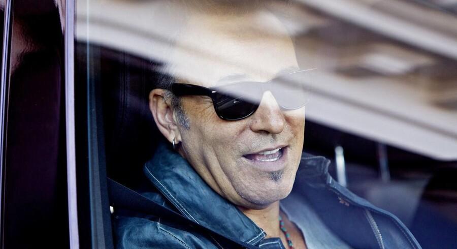 Bruce Springsteen spiller torsdag aften d. 22. juni i Parken. Det er ikke første gang, han spiller i landet og bossen har tidlgiere haft for vane at mænge sig godt med lokalbefolkningen. Klik videre og se billederne fra hans tidligere besøg i landet. Bruce Springsteen foran Hotel d'Angleterre på vej til Parken,d. 14. maj 2013.