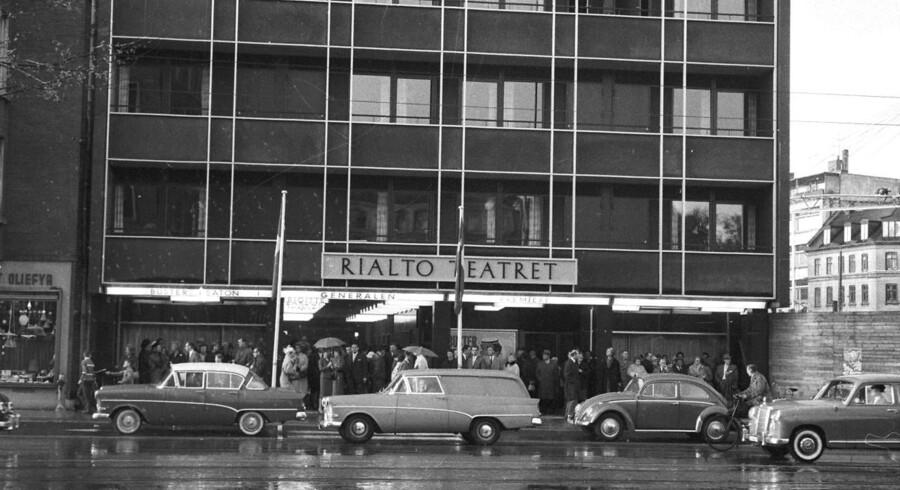 Rialto Teatret på Frederiksberg. Bygningen fra 1924 fungerede de første mange år som biograf og fra 1981 som teater. Billedet her af Egon Engmann er fra 1962.