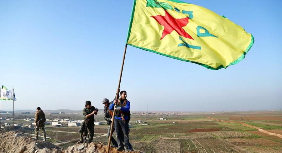 Medlemmer af det kurdiske YPG fejrer, at du har besejret Islamisk Stat i grænsebyen Kobane.
