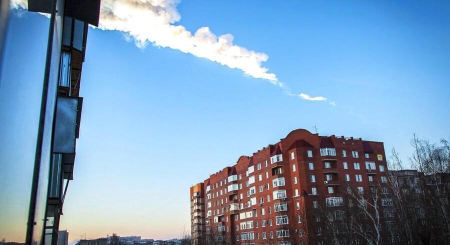 Over et 1.000 kvadratkilometer stort område af Rusland kan der være landet flere hundrede ton meteoritter fra den enorme meteor, der eksploderede i fredags. Foto: Oleg Kargopolov/AFP