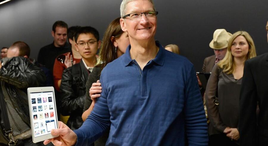 Tim Cook med en af årets Apple-nyheder: iPad Mini'en.