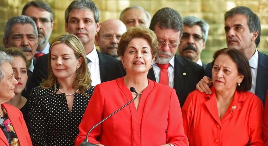 Splittelsen mellem de brasilianerne, som mener, at Rousseff har fortjent sin skæbne efter at have kørt landet i sænk, og dem, der ser hende som offer for et kup, vil givetvis fortsætte.