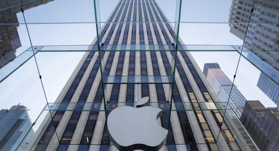 Med et dagligt overskud på mere end 1,2 milliarder kroner har Apple sat historisk rekord blandt alle børsnoterede virksomheder nogen sinde. iPhone-salget udgør nu to tredjedele af Apples indtjening, mens iPad-salget fortsat falder. Til april kommer Apple Watch.