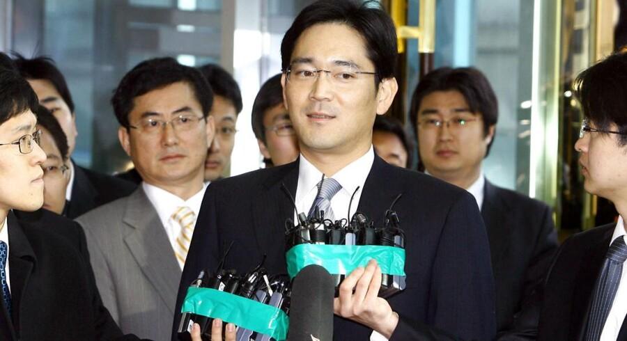 Lee Jae-Yong (i midten) overtager nu ledelsen af to vigtige Samsung-fonde, som kontrollerer det store sydkoreanske imperium. Arkivfoto: Yonhap/AFP/Scanpix