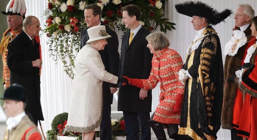 ARKIVFOTO. Storbritanniens dronning Elizabeth II hilser på indenrigsminister Theresa May, der overtager posten som landets premierminister efter David Cameron onsdag.