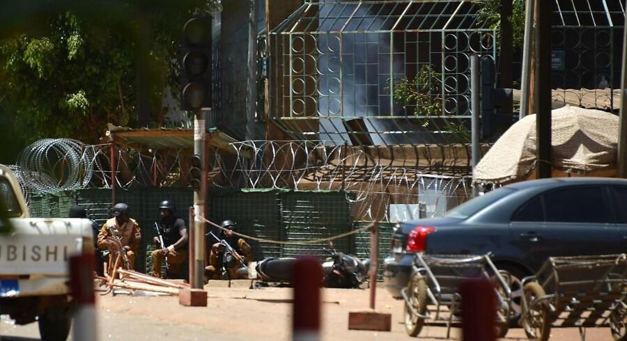 Fire personer, der har angrebet den franske ambassade og det militære hovedkvarter i Burkina Faso, er dræbt, oplyser landets regering til AFP.