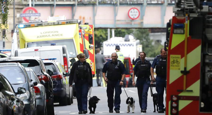 RB PLUS London-bombe kunne have dræbt langt flere- - Se RB UDLAND 14.12. Den britiske sikkerhedsminister, Ben Wallace, opfordrer de store it-selskaber til at deltage mere aktivt i jagten på terrorister, der laver deres egne bomber- - Police officers walk with dogs after an incident at Parsons Green underground station in London, Britain, September 15, 2017. REUTERS/Luke MacGregor