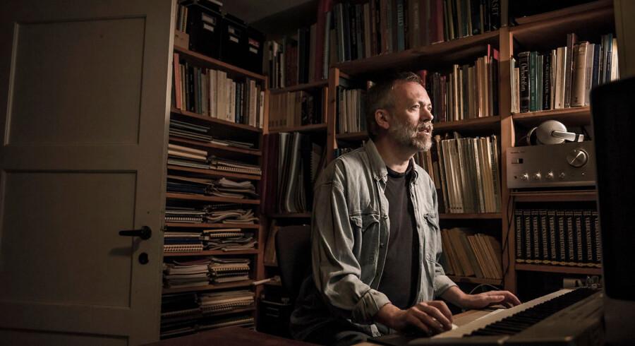 Portræt af komponisten Niels Marthinsen i sit hjem i Søborg. Niels Marthinsen har fået en større opgave i forbindelse med at Aarhus bliver en Kulturhovedstad.