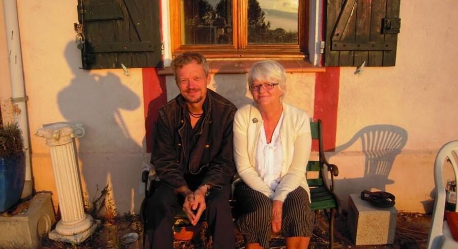 »Min bror Karsten sammen med vor mor, Anne Marie Lindberg, på yndlingsbænken i den nedgående sol, hvor vi plejer at læse Charlie Hebdo. Den store majoritet af indbyggerne i den sydfranske by er muslimer,« skriver Kristian Lindberg i dette personlige essay om tankerne efter attentatet på Charlie Hebdo. Privatfoto