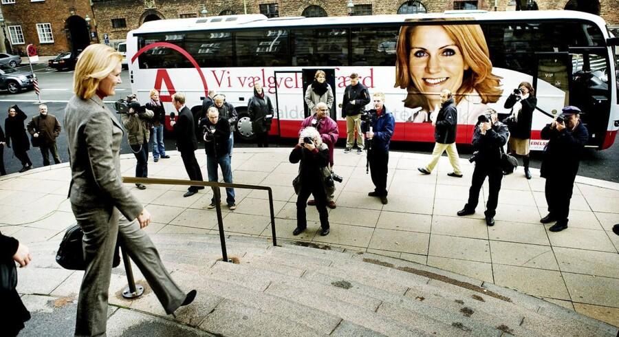 Socialdemokraternes leder Helle Thorning-Schmidt på vej ned til sin valgbus.