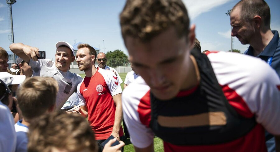 Andreas Christensen og Christian Eriksen skriver autografer efter træningen.