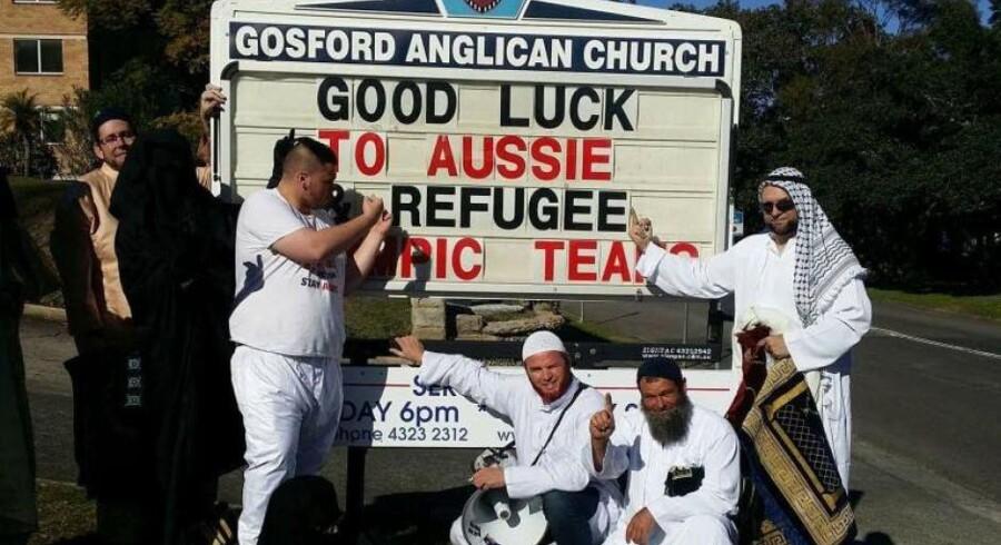 En gruppe hvide australiere fra den stærkt højreorienterede forening Party for Freedom stormede forleden en gudstjeneste i Gosford Anglican Church i Australien iklædt mellemøstligt tøj – og lagde billeder af aktionen på de sociale medier bagefter. Foto fra Facebook: Party for Freedom