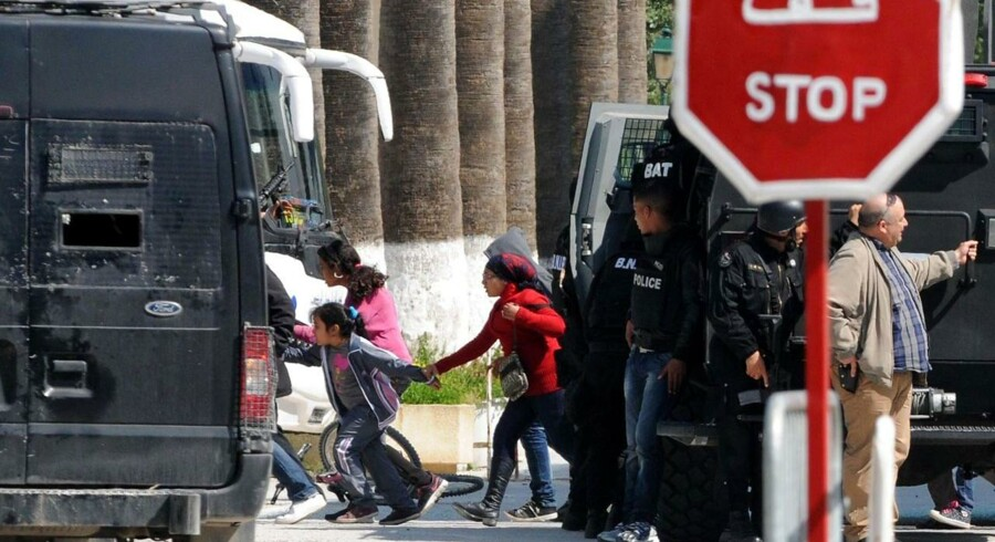 Turister blev evakueret efter bevæbnede mænd angreb et museum i Tunis i onsdags.