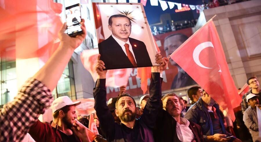 Billede fra fejringen af folkeafstemningen i Tyrkiet.