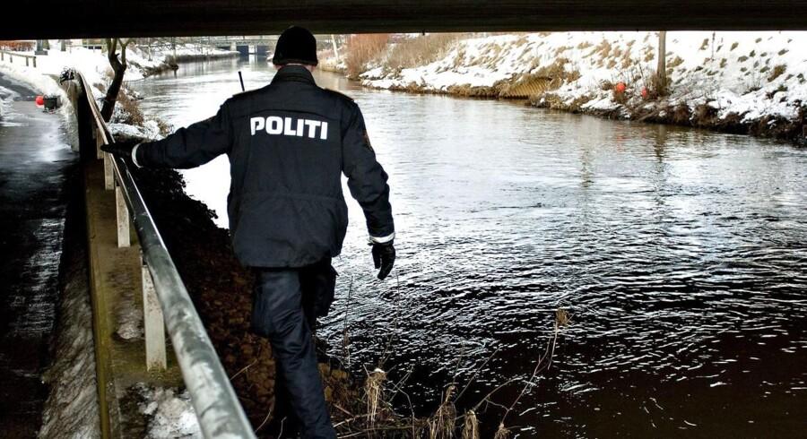 Arkivfoto af politi og dykkere på eftersøgning i Storåen i Holstebro.