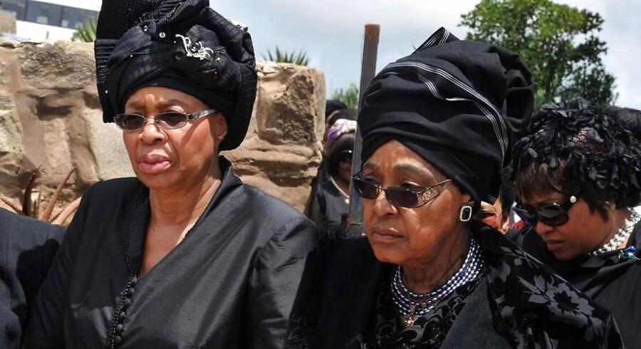 Graca Machel er her fotograferet med Nelson Mandelas ekskone, Winnie, ved begravelsen i Qunu.