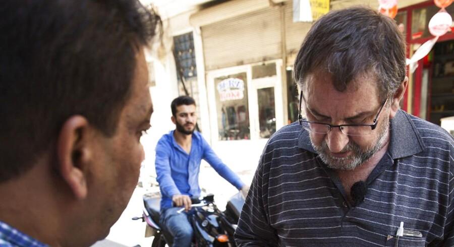 Yasar Olgun leder efter sine to døtre i Kilic i Tyrkiet.
