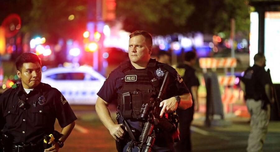 71 betjente sikrede en demonstration, som fredag morgen dansk tid gik gennem Dallas, og snigskytter skød 11 af dem. Fire af dem døde. En mulig gerningsmand har forskanset sig og råber til politiet, at » enden er nær,« og at han vil dræbe flere betjente.