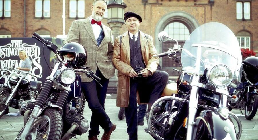 Claus Just (tv.) og Mehrdad Zamani (th.) havde begge iført sig et elegant jakkesæt i forbindelse med »The Distinguished Gentleman's Ride« søndag i København, hvor der blev samlet ind til forskning i prostatakræft.