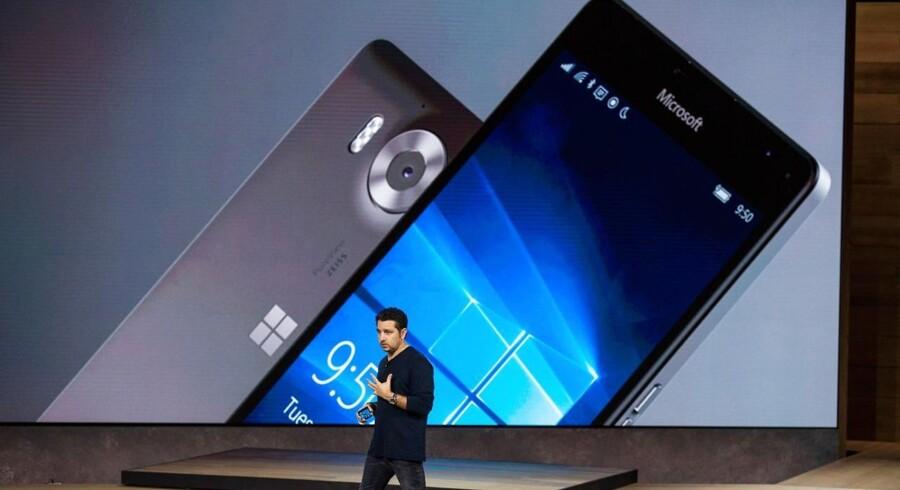 De nye Lumia 950- og 950 XL-telefoner blev præsenteret i begyndelsen af oktober, hvor Microsoft også viste sin første egenproducerede bærbare PC og en ny Surface 4 Pro-tavlecomputer frem. Arkivfoto: Andrew Burton, Getty Images/AFP/Scanpix