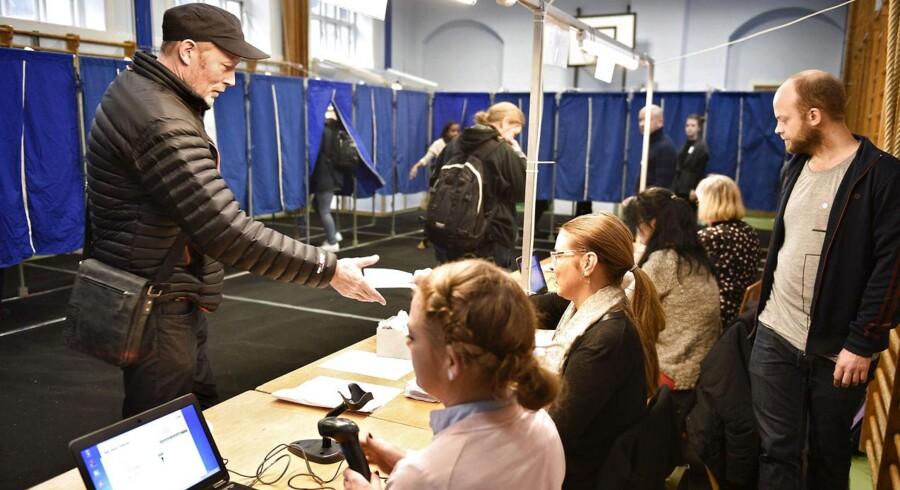 Skuespiller Lars Mikkelsen afgiver sin stemme om retsforbeholdet på Oehlenschlægergades skole på Vesterbro torsdag d. 3 december 2015.