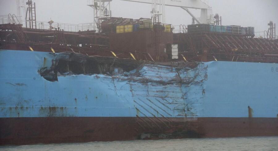 Carla Mærsk var tydeligt mærket af påsejlingen, som resulterede i et udslip af MTBE i Houston-kanalen. Billedet af taget af den amerikanske kystvagt.