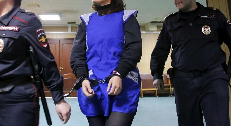Gyulchekhra Bobokulova føres til retslokalet i forbindelse med sagen, hvor hun er sigtet for mord efter angiveligt at have halshugget et barn og fremvist hovedet ved en metrostation i det centrale Moskva.