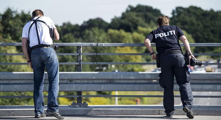 En bus blev søndag ramt af en sten, da den kørte under en bro på Vestmotorvejen ved Sorø.