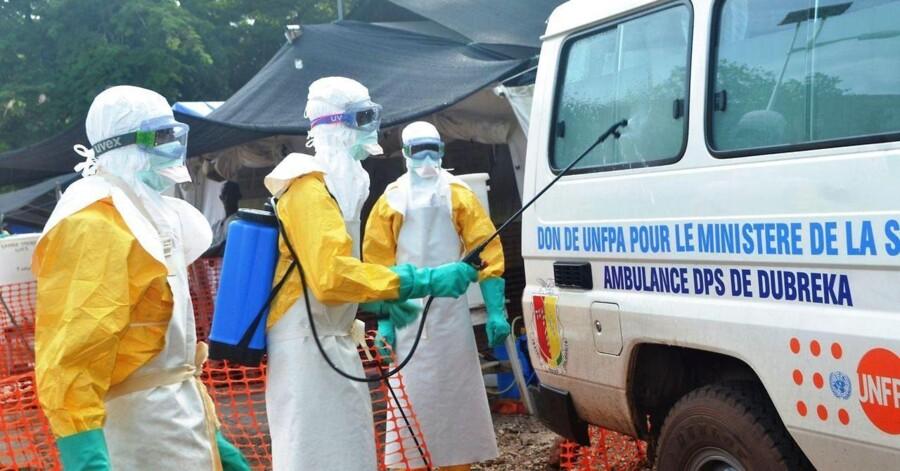 Ny ebolavaccine viser lovende resultater og skaber stor glæde hos Læger uden Grænser. Her er man i gang med at desinficere en vogn ved Læger Uden Grænsers center i Conakry. (ARKIVFOTO).