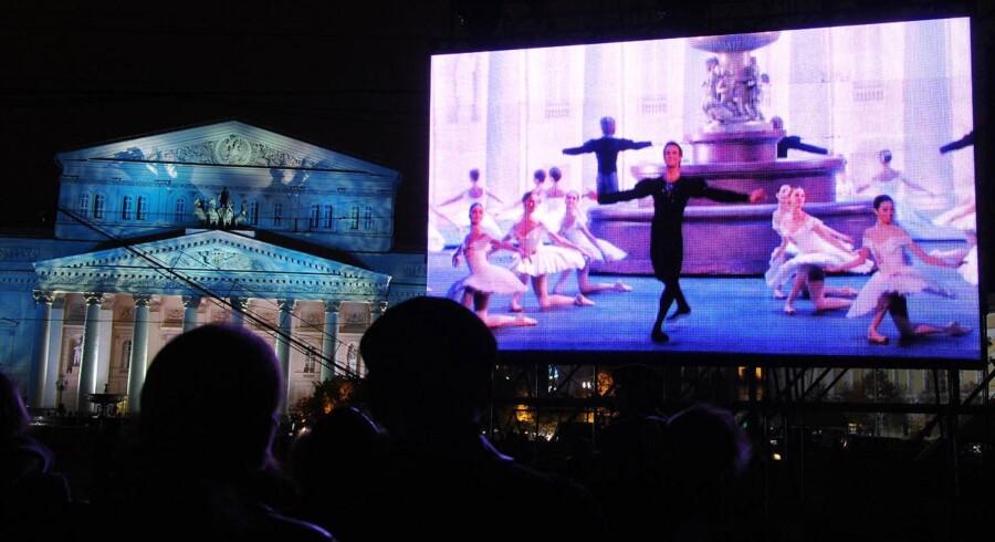 Moskovitter, der stod foran Bolsjoj-teatret fredag den 28. oktober 2011 fik lov at se med på storskærme, da Bolsjoj-teatret åbnede dørene efter en renovering til den nette sum af 700 millioner dollars - eller omkring 3,6 milliarder kroner.