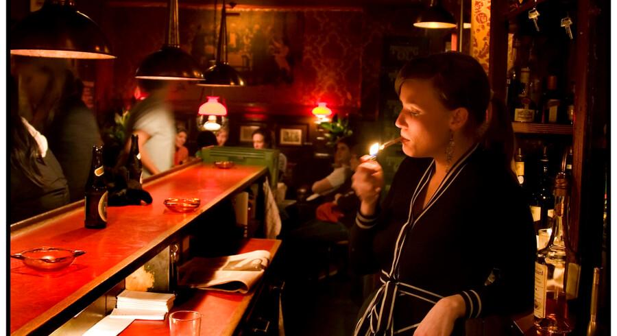 Servitricen på Bo-Bi Bar i Klareboderne tænder en cigaret og holder rygepause.