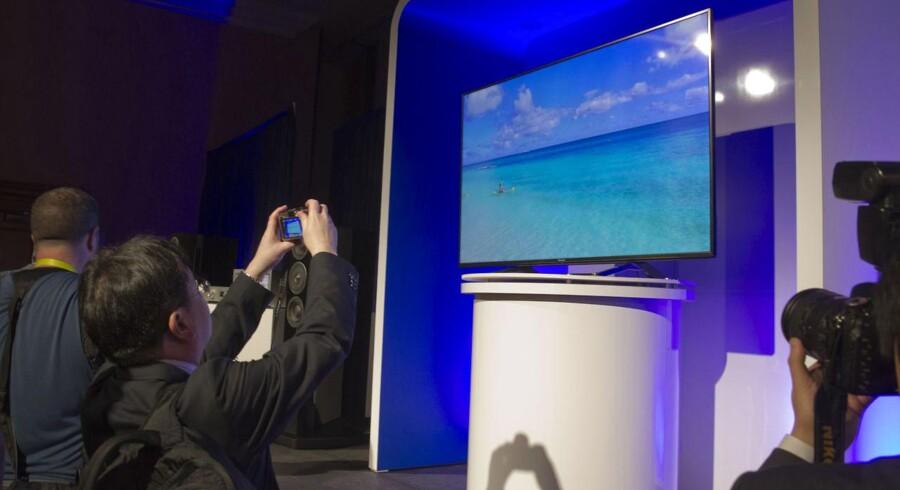 Alle de store TV-producenter - her japanske Panasonic - sprøjter nye fladskærme med ultra-HD-opløsning (af nogen stadig kaldet 4K) ud fra fabrikkerne i forventning om, at det bliver det store salgshit i 2015. Foto: Steve Marcus, Reuters/Scanpix