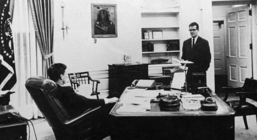 Præsident John F. Kennedy sammen med sin kampagneleder og rådgiver, Ted Sorensen, i det Ovale Værelse i Det Hvide Hus i 1963.