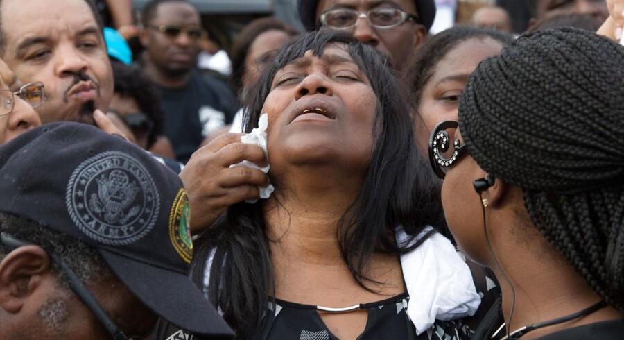 Amerikansk politi har de seneste to dage skudt to sorte mænd. Her ses Sandra Sterling, hvis nevø - Alton Sterling - var én af dem, der mistede livet.
