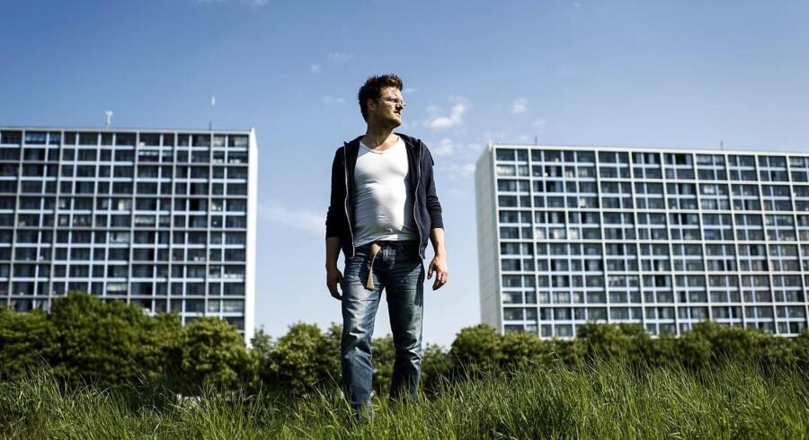 Kim Basse Larsen har i den delvist selvbiografiske roman »Det Halve Menneske« beskrevet et brutalt underklasseliv i Aarhus-kvarteret Frydenlund. Et liv, som middelklassen hverken kender eller forstår, mener forfatteren.