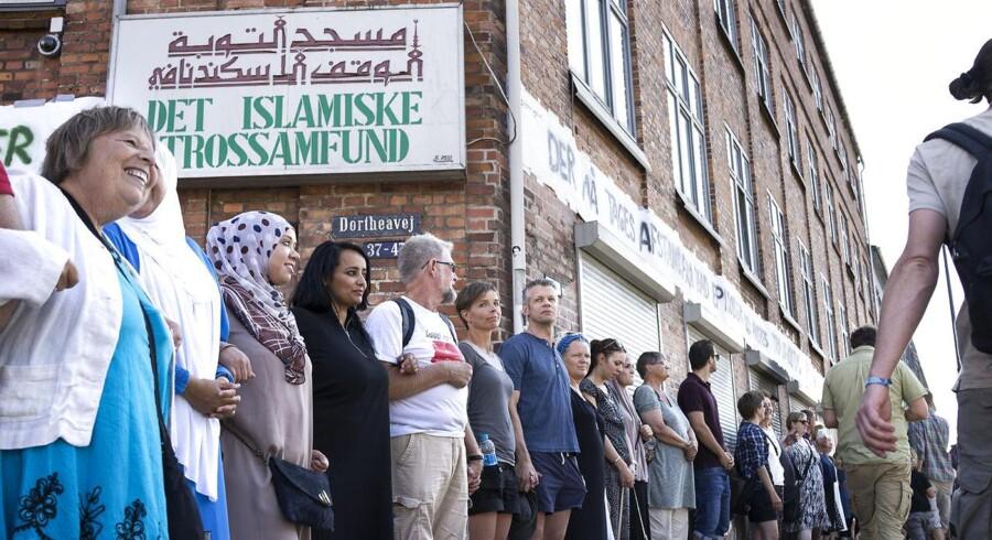 ARKIVFOTO: Omkring 1.400 personer havde meldt sig til at danne en fredsring om moskeen på Dortheavej i København, lørdag den 22. august 2015. Fredsringen var en reaktion på, at Islamisk Trossamfund på Dortheavej blev ramt af et brandattentat søndag den 16. august.