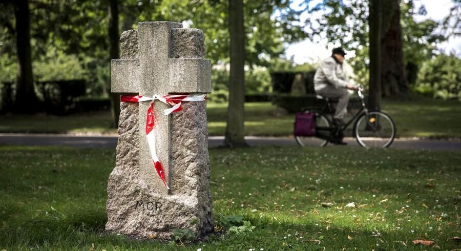 En gravsten på Vestre Kirkegård der er blevet markeret, fordi den skal kontrolleres for om den kan vælte.