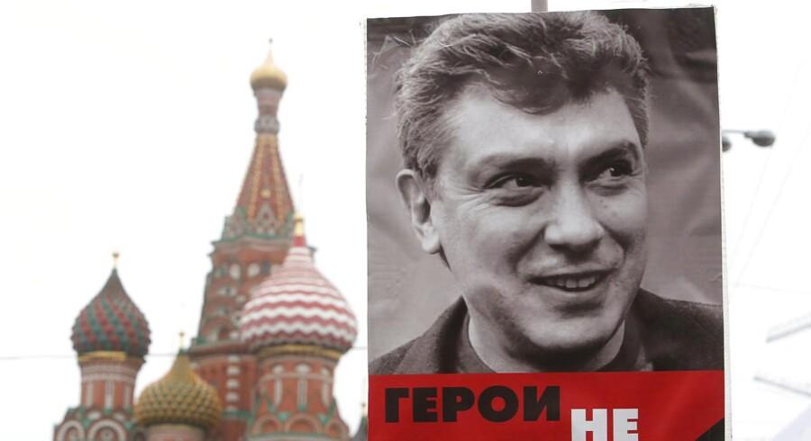 En plakat med skuddræbte Boris Nemtsov under mindemarchen søndag.