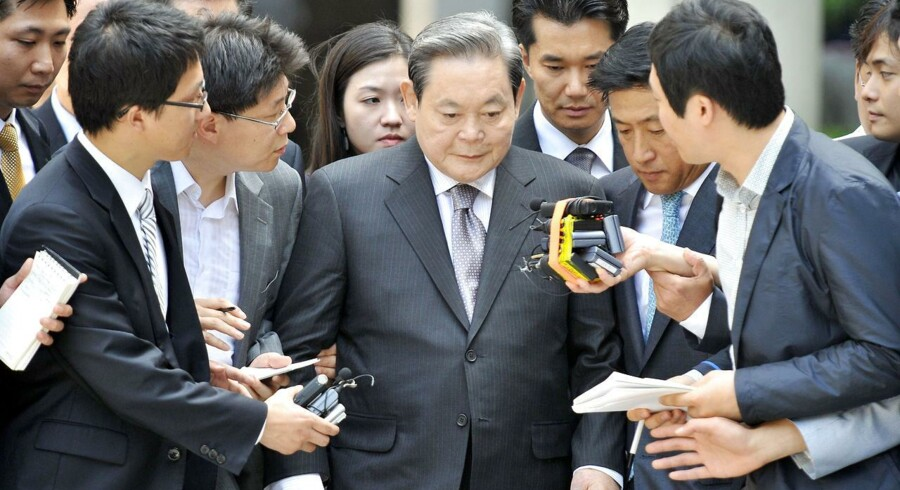 Samsungs mægtige bestyrelsesformand, Lee Kun-Hee, optræder kun sjældent i medierne. Her interviewes han, da han forlader retten i Seoul i august 2009 efter at være blevet idømt en kæmpebøde og fængsel for skattesvig og bedrageri. En dom, som han senere fik eftergivet.