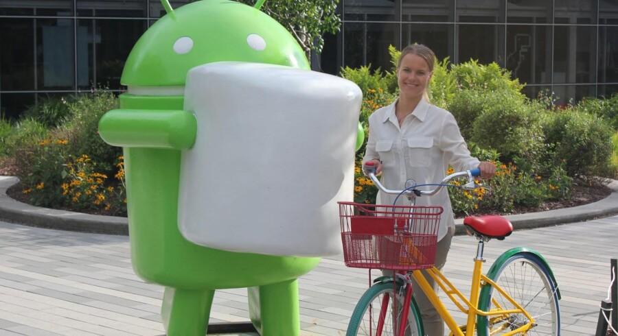 Simone Styr ved Google-hovedkvarteret i Californien - med Google-farvet cykel og i selskab med den grønne figur, der symboliserer styresystemet Android.