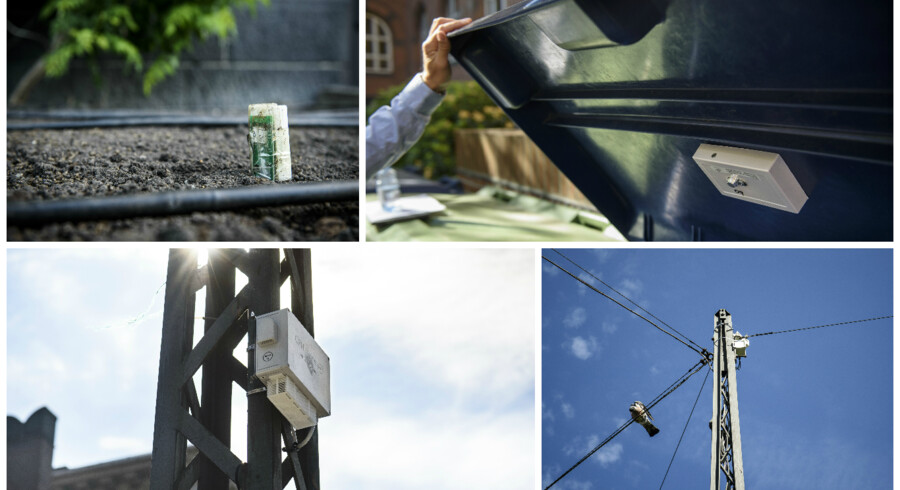 Fotos: Niels Ahlmann Olesen:(Øverst, tv.) Den lille sensor i jorden holder øje med fugtighed og temperatur i jorden. På den måde ved byens gartnere, hvornår det er optimalt at vande bedet. Udviklet af Spiio, en københavnsk start-up.(Øverst, th.) Boksen i låget holder øje med, hvornår containeren er fuld. Den fungerer som et ekkolod og kan regne ud, om det er tid til at tømme containeren eller skraldespanden.(Nederst, tv) Den hvide æske holder øje med forurening i luften. Den københavnske start-up LeapCraft tester fem forskellige luftkvalitetsensorer i bylaboratoriet. De er billigere og mindre end de traditionelle container-målestationer og kan sættes op flere steder i byrummet.(Nederst, th.) Kameraet registrerer alene, om parkeringspladserne nedenfor er tomme. Der er tale om privacy by design, og det kan derfor med vilje ikke registrere fx nummerplader eller biltyper. Den tyske virksomhed Cleverciti står bag.