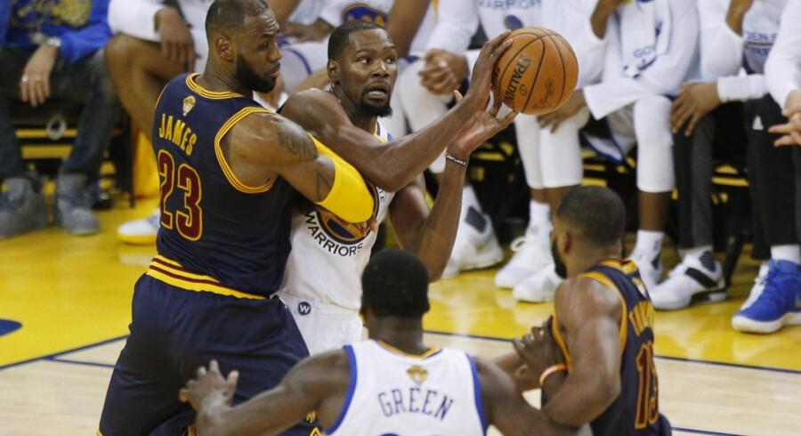 James og Durant i direkte kamp om bolden torsdag aften. Durant kom bedst ud af opgøret og lavede 38 point. Scanpix/Cary Edmondson